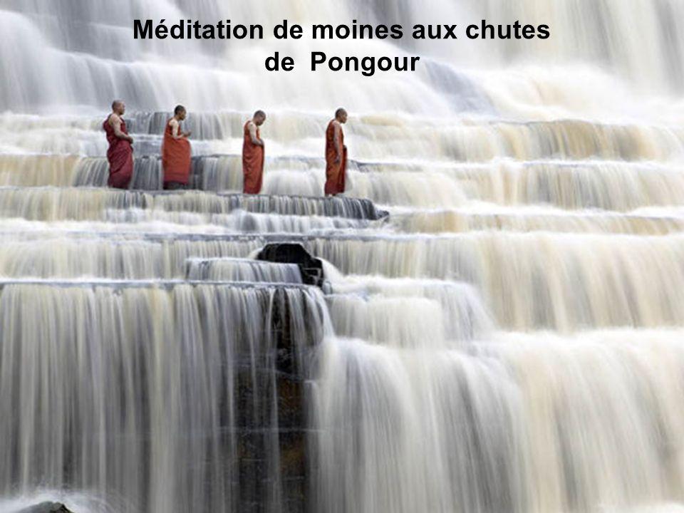 Méditation de moines aux chutes de Pongour