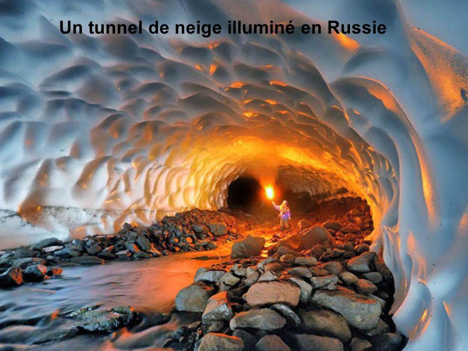 Un tunnel de neige illuminé en Russie