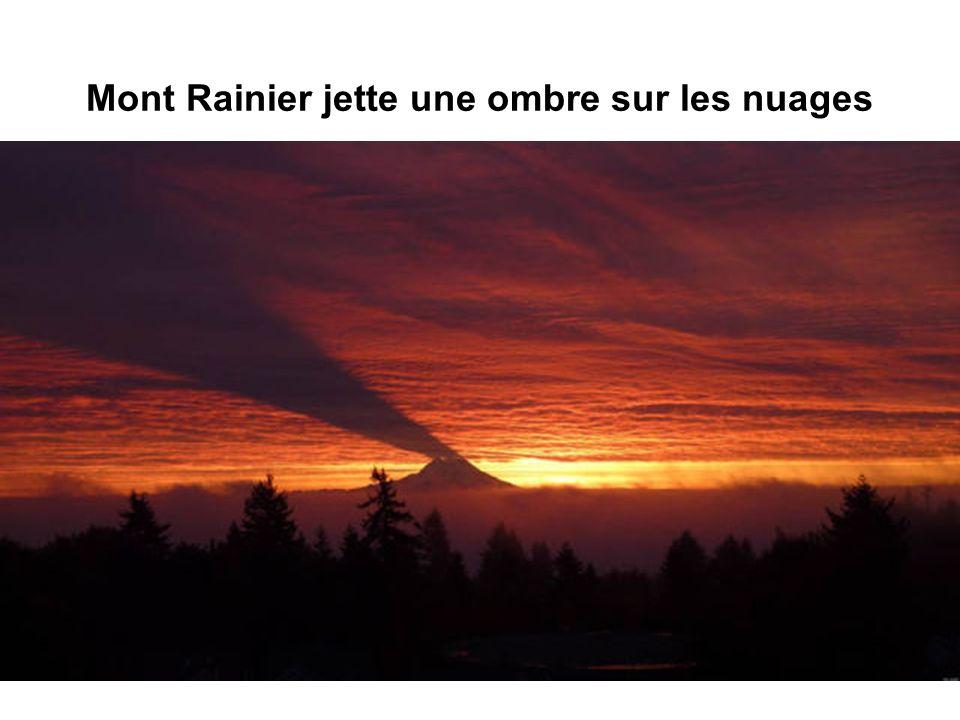 Mont Rainier jette une ombre sur les nuages