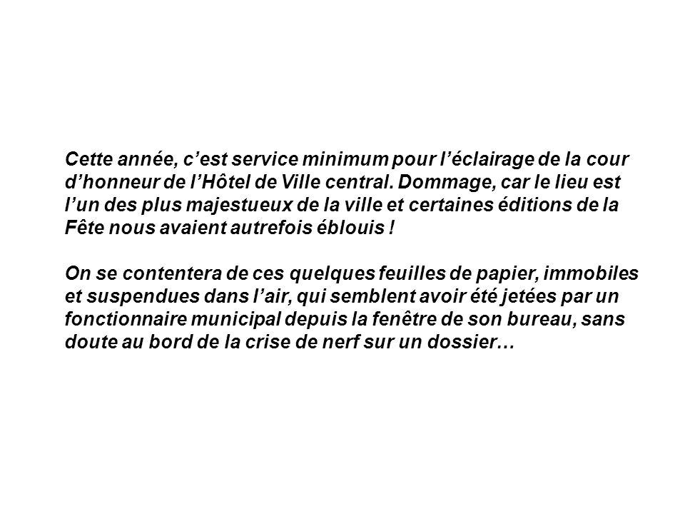 Cette année, cest service minimum pour léclairage de la cour dhonneur de lHôtel de Ville central.