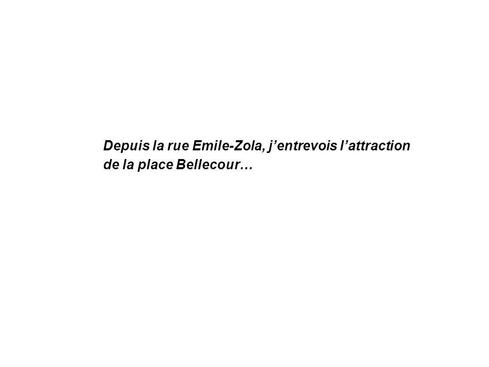 Depuis la rue Emile-Zola, jentrevois lattraction de la place Bellecour…
