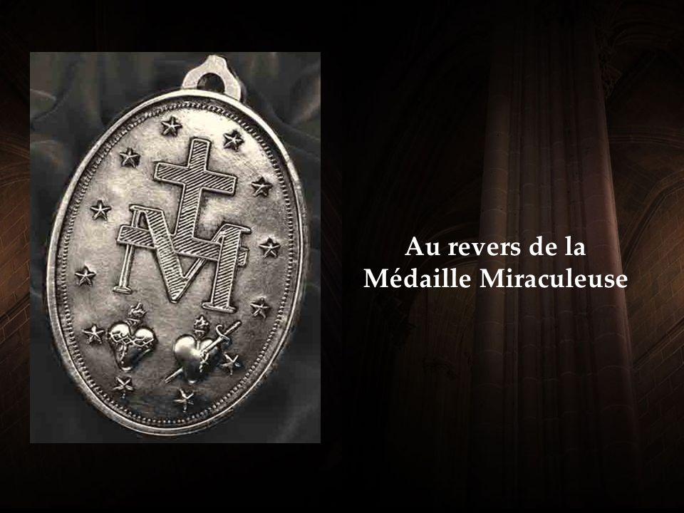 A utour de la médaille à la phrase se lit ainsi: « Ô Marie conçue sans péché, priez pour nous qui avons recours à Vous » N otre-Dame avait mis cette courte prière sur la Médaille pour être répétées fréquemment.