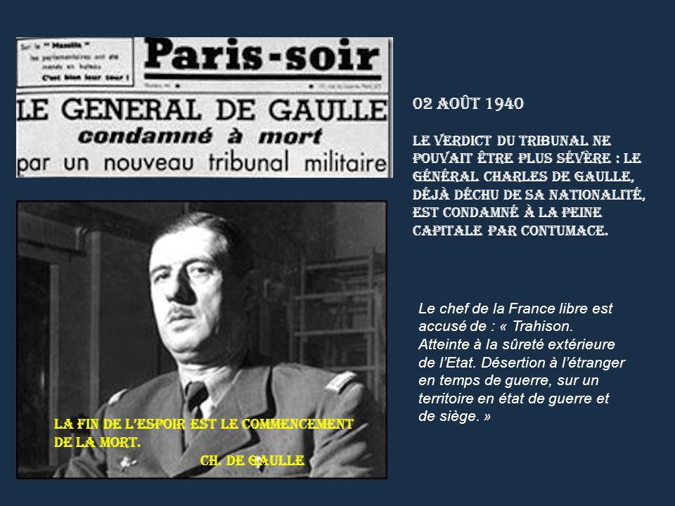 Le général de Gaulle passe en revue à Whitehall les premiers contingents des Forces françaises libres qui défilent dans les rues de Londres.