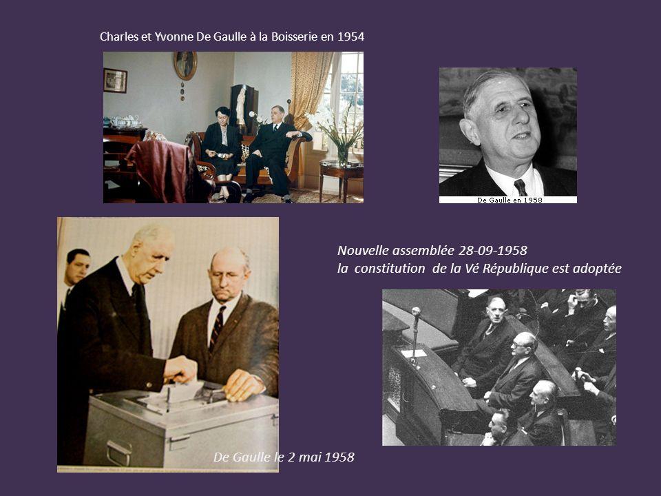 De Gaulle gouvernement provisoire Charles De Gaulle, en train de prononcer un discours à la radio, 1946 une loi d avril 1945 accorda le droit de vote aux femmes.