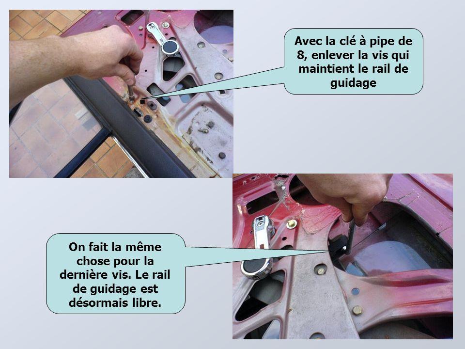 Avec la clé à pipe de 8, enlever la vis qui maintient le rail de guidage On fait la même chose pour la dernière vis.