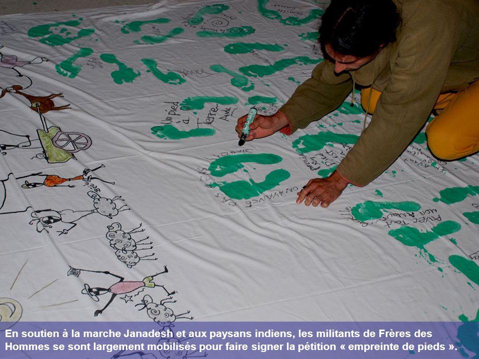 En soutien à la marche Janadesh et aux paysans indiens, les militants de Frères des Hommes se sont largement mobilisés pour faire signer la pétition « empreinte de pieds ».