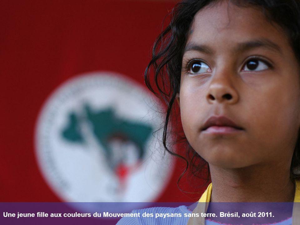 Une jeune fille aux couleurs du Mouvement des paysans sans terre. Brésil, août 2011.
