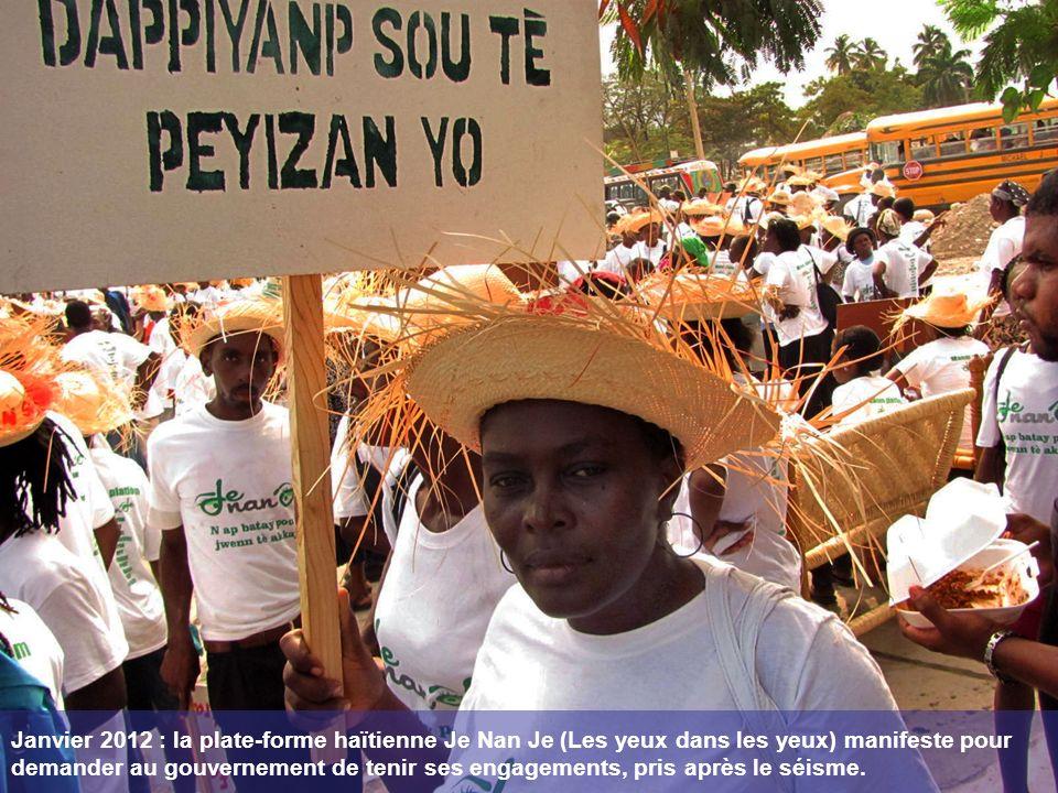 Janvier 2012 : la plate-forme haïtienne Je Nan Je (Les yeux dans les yeux) manifeste pour demander au gouvernement de tenir ses engagements, pris après le séisme.