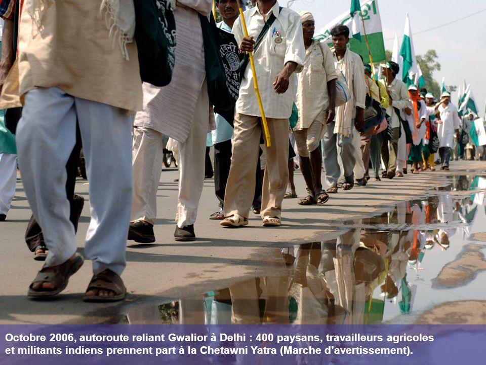 Octobre 2006, autoroute reliant Gwalior à Delhi : 400 paysans, travailleurs agricoles et militants indiens prennent part à la Chetawni Yatra (Marche davertissement).