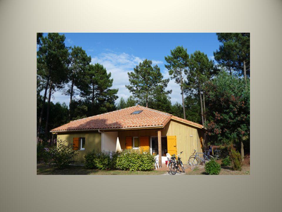 En formule locative, des maisonnettes de construction traditionnelle, disséminées sous les pins, abritant 152 logements pour 4 ou 6 personnes. Ils se