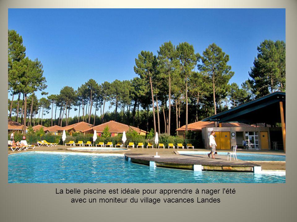 La belle piscine est idéale pour apprendre à nager l été avec un moniteur du village vacances Landes