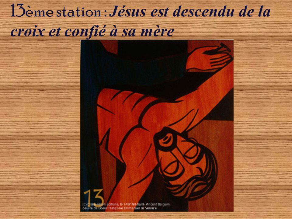13ème station : Jésus est descendu de la croix et confié à sa mère