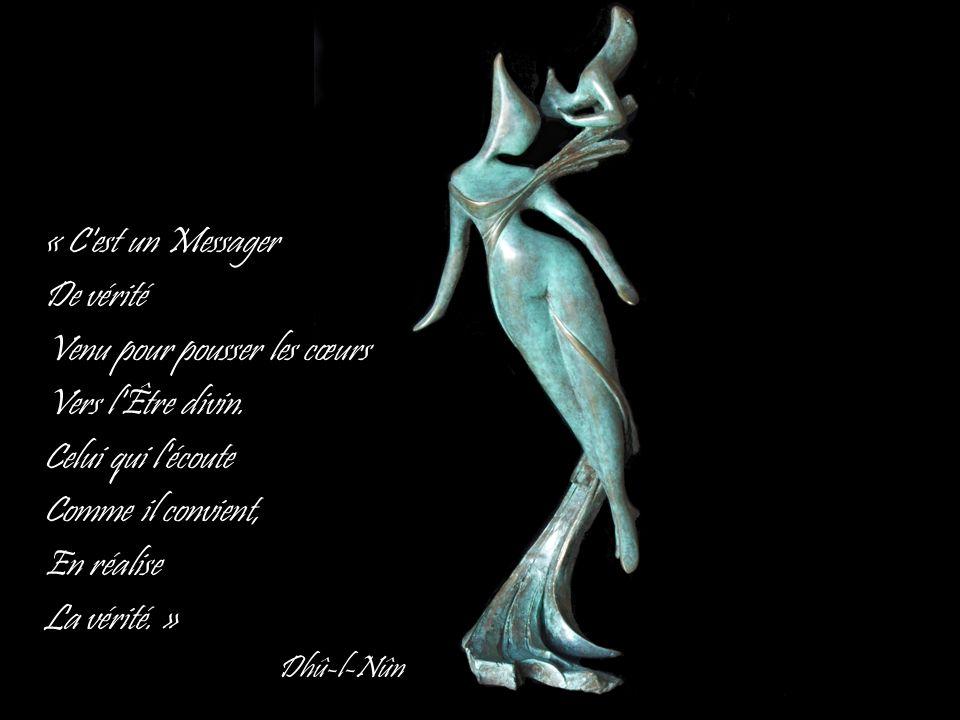 « C'est un Messager De vérité Venu pour pousser les cœurs Vers l'Être divin. Celui qui l'écoute Comme il convient, En réalise La vérité. » Dhû-l-Nûn