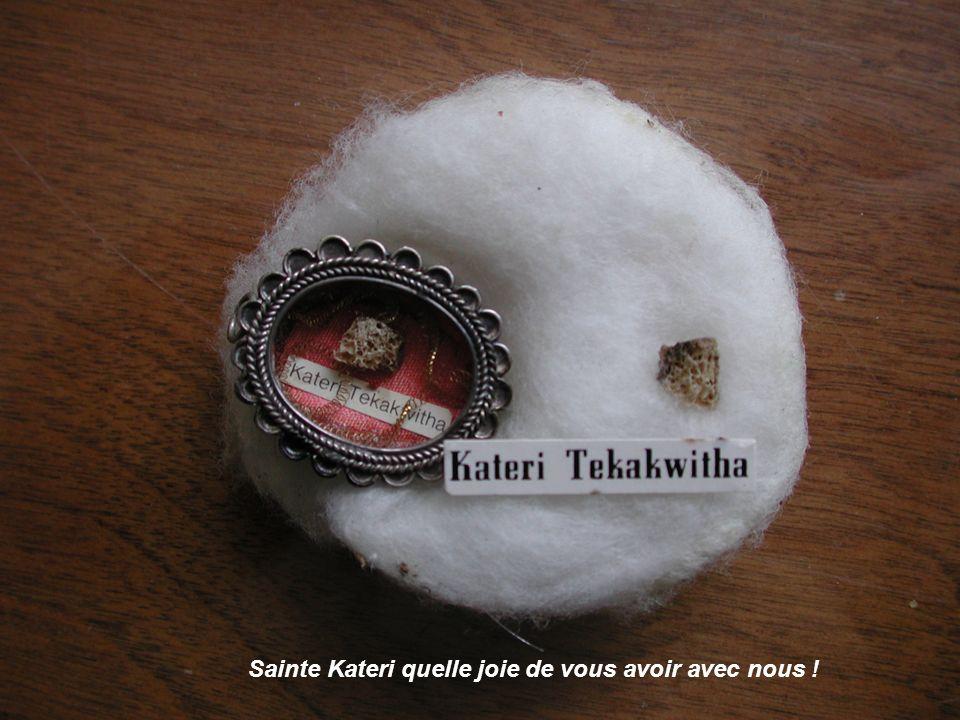 Nous avons eu une grande joie lorsquun jour par un jeu de circonstances nous avons pu obtenir de lÉvêque de Chicoutimi deux petits morceaux dos venant du sternum de Kateri avec tous les papiers certifiant lauthenticité de la relique de Kateri.