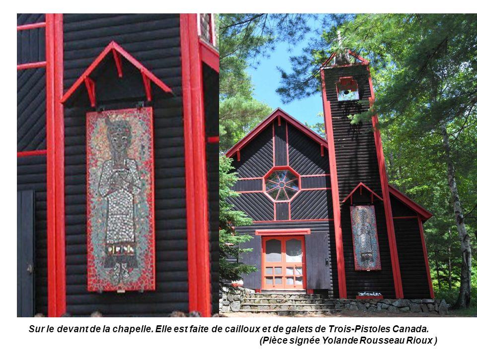 Sur le devant de la chapelle.Elle est faite de cailloux et de galets de Trois-Pistoles Canada.