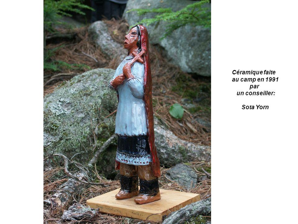 Sur le devant de la chapelle. Elle est faite de cailloux et de galets de Trois-Pistoles Canada.