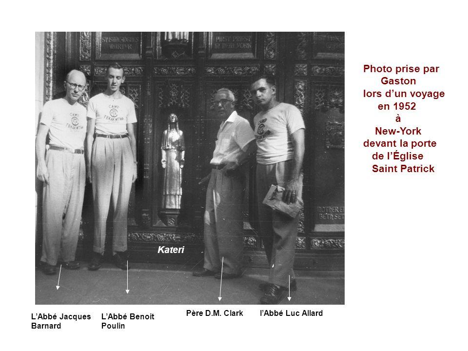 Photo prise par Gaston lors dun voyage en 1952 à New-York devant la porte de lÉglise Saint Patrick Père D.M.