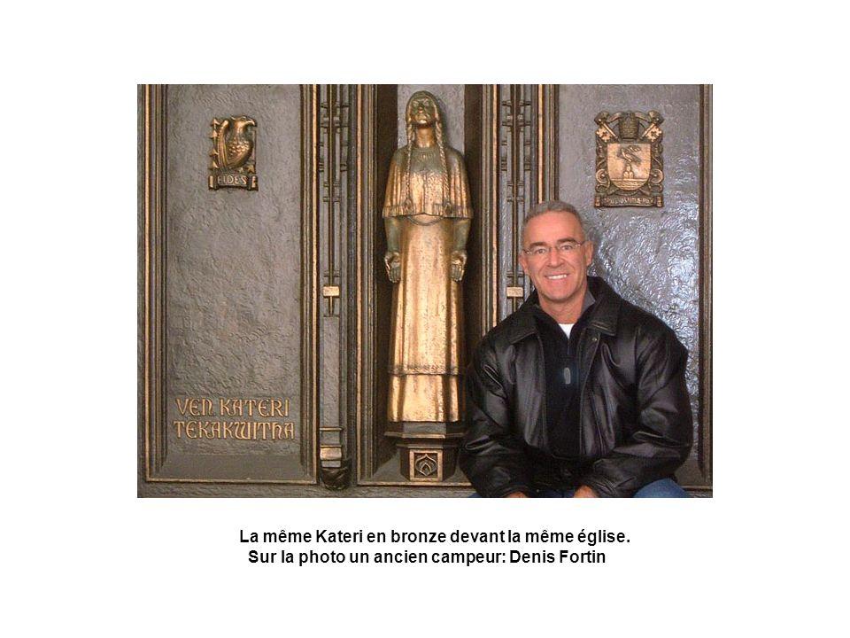 La même Kateri en bronze devant la même église. Sur la photo un ancien campeur: Denis Fortin