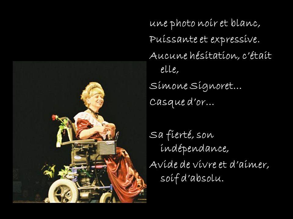 une photo noir et blanc, Puissante et expressive. Aucune hésitation, cétait elle, Simone Signoret… Casque dor… Sa fierté, son indépendance, Avide de v