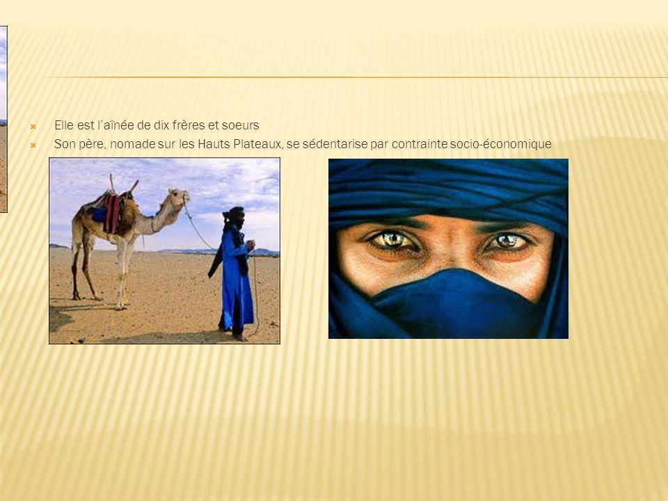 Elle est laînée de dix frères et soeurs Son père, nomade sur les Hauts Plateaux, se sédentarise par contrainte socio-économique