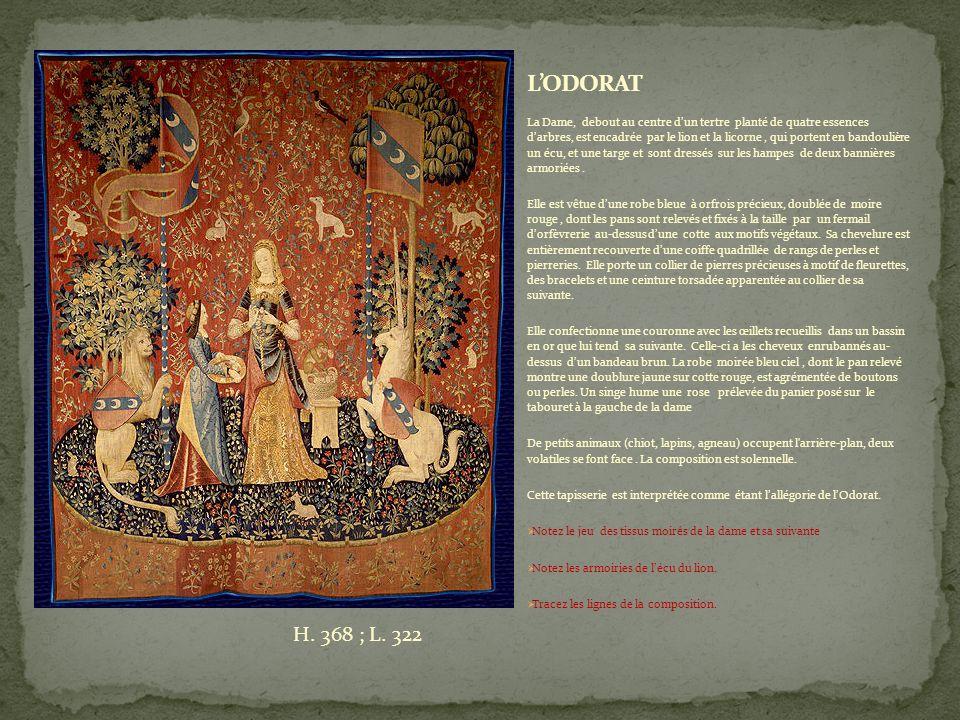 La Dame, debout au centre dun tertre planté de quatre essences darbres, est encadrée par le lion et la licorne, qui portent en bandoulière un écu, et une targe et sont dressés sur les hampes de deux bannières armoriées.