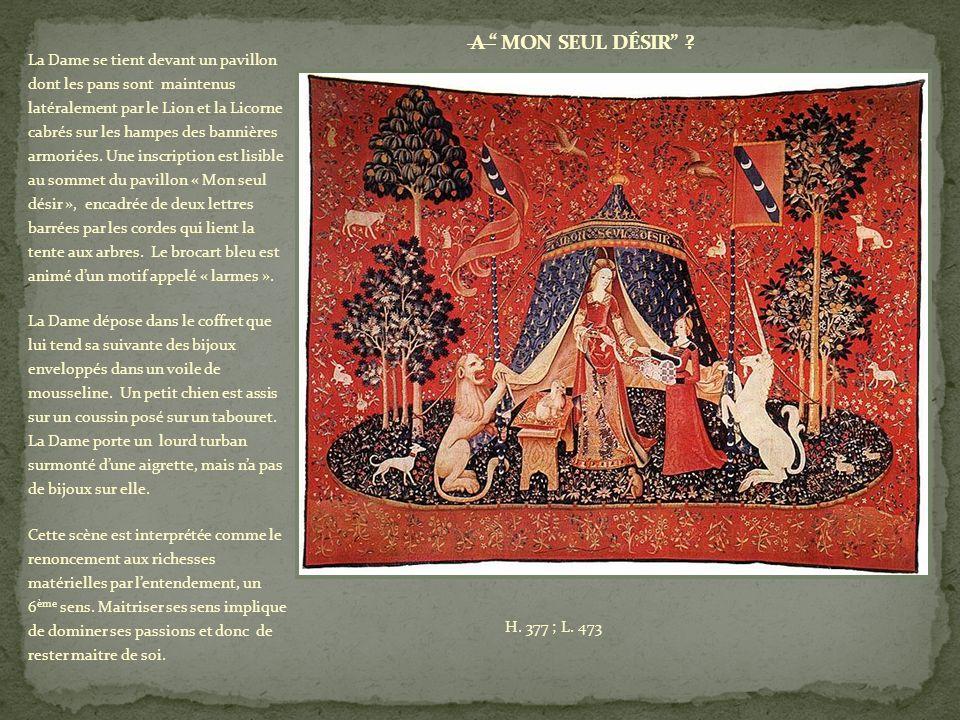 La Dame se tient devant un pavillon dont les pans sont maintenus latéralement par le Lion et la Licorne cabrés sur les hampes des bannières armoriées.