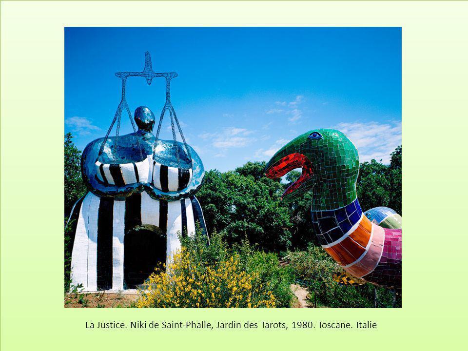 La Justice. Niki de Saint-Phalle, Jardin des Tarots, 1980. Toscane. Italie