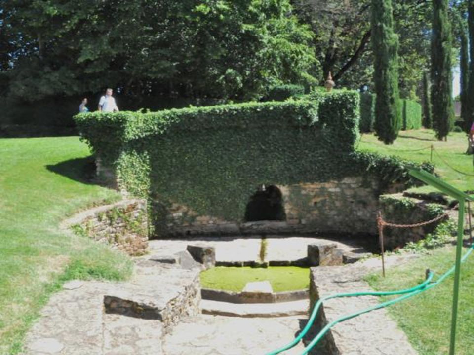 C est un lieu habité depuis 500 ans avec ce supplément dâme que les propriétaires : Patrick Sermadiras, sa femme Capucine Et son fils Gilles présenten