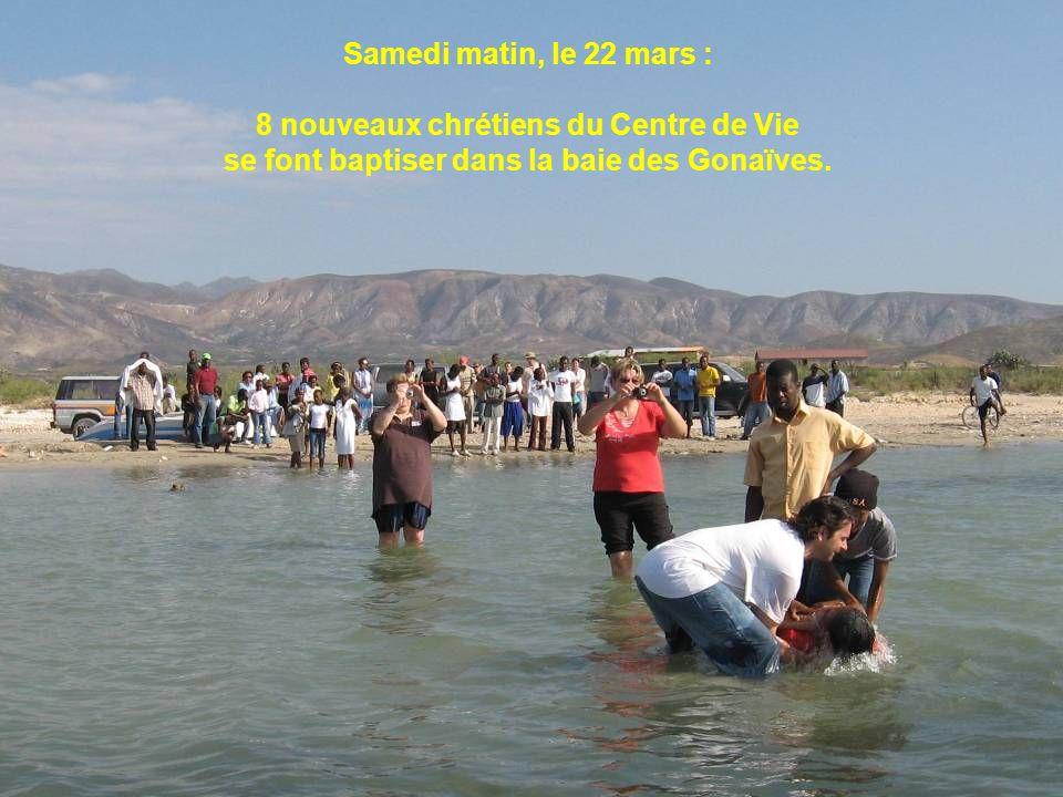 Samedi matin, le 22 mars : 8 nouveaux chrétiens du Centre de Vie se font baptiser dans la baie des Gonaïves.