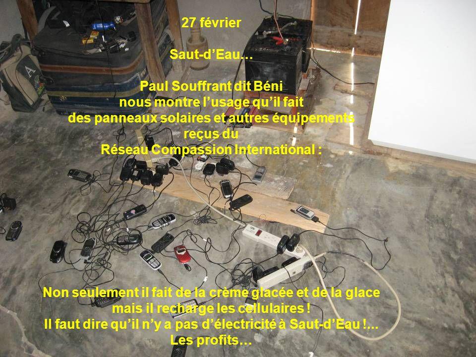 27 février Saut-dEau… Paul Souffrant dit Béni nous montre lusage quil fait des panneaux solaires et autres équipements reçus du Réseau Compassion Inte
