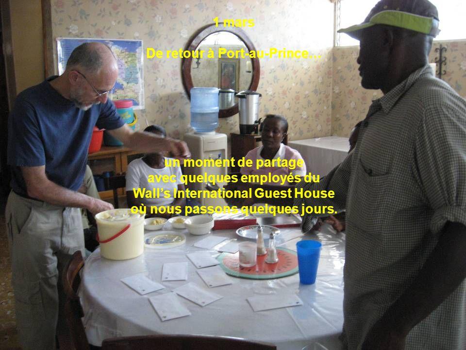 1 mars De retour à Port-au-Prince… un moment de partage avec quelques employés du Walls International Guest House où nous passons quelques jours.