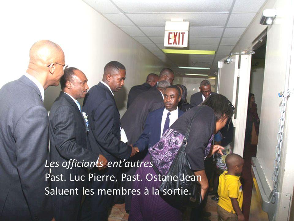 Les officiants entautres Past. Luc Pierre, Past. Ostane Jean Saluent les membres à la sortie.