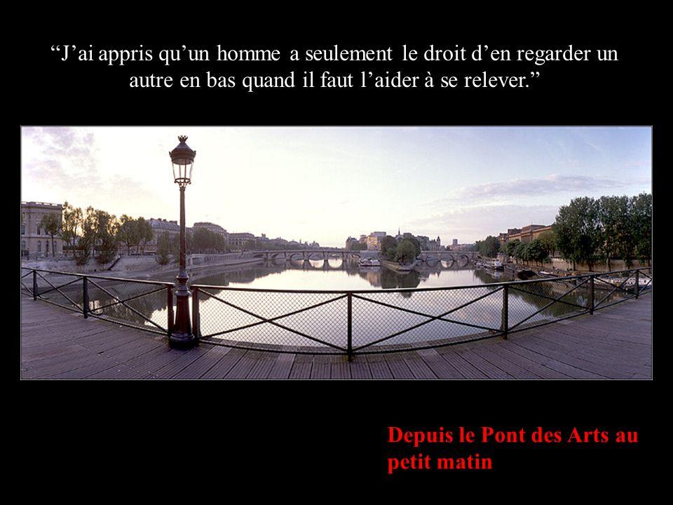 L Institut de France & le Pont Neuf depuis le Pont des Arts Jai appris que lorsquun nouveau-né serre pour la première fois dans sa petite main le doigt de son père il le garde attrapé pour toujours.