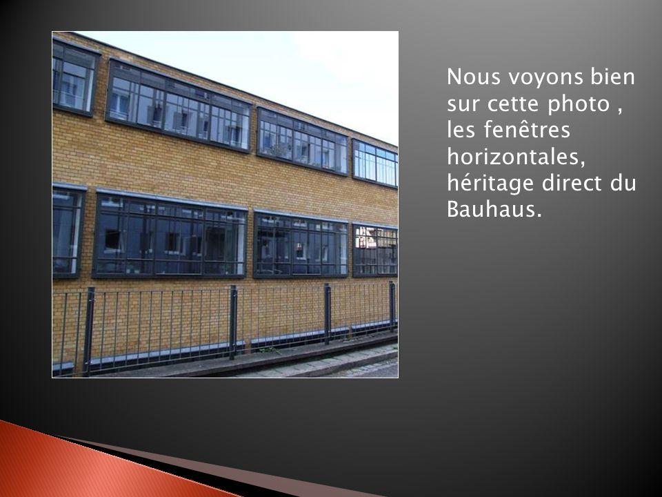 Lintérieur et le mobilier ont été créés par les élèves du Bauhaus, ce qui atteste dun art total.