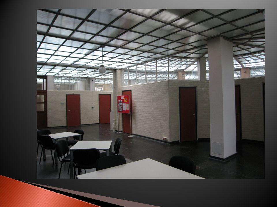 Ce bâtiment répond aux demandes du Comité International dArchitecture Moderne, dont quatre des cinq points sont respectés: -il ny a pas de murs porteurs.