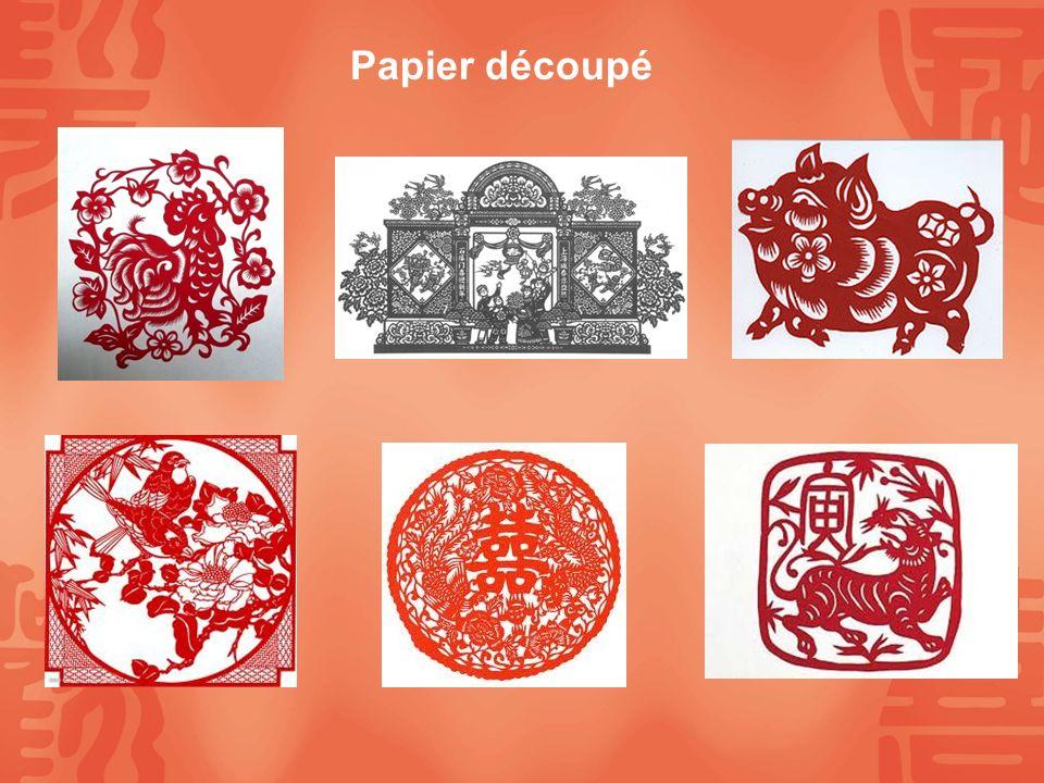 Lampion Pliez la feuille de papier en deux Reproduisez le motif, en faisant coïncider la ligne pointillée avec la ligne de pliure Découpez en suivant le tracé Papier découpé