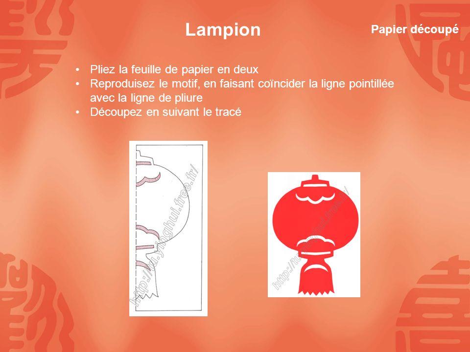 Lampion Pliez la feuille de papier en deux Reproduisez le motif, en faisant coïncider la ligne pointillée avec la ligne de pliure Découpez en suivant