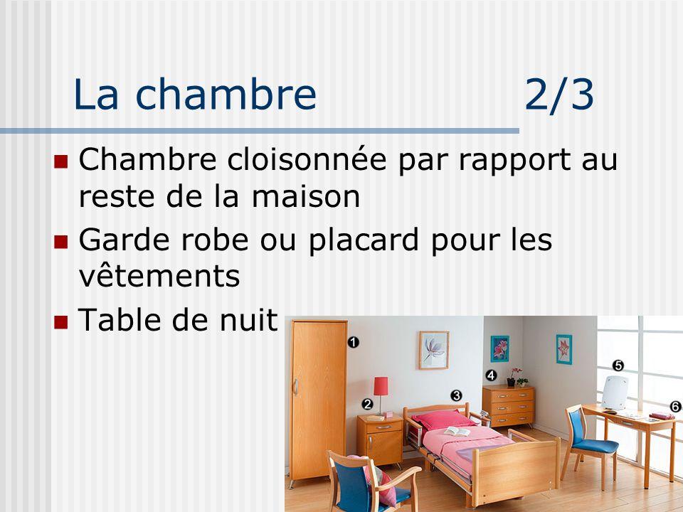 La chambre 2/3 Chambre cloisonnée par rapport au reste de la maison Garde robe ou placard pour les vêtements Table de nuit
