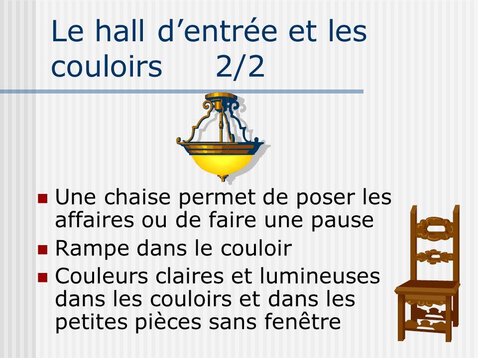 Le hall dentrée et les couloirs 2/2 Une chaise permet de poser les affaires ou de faire une pause Rampe dans le couloir Couleurs claires et lumineuses