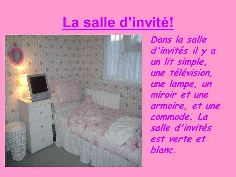 La salle d'invité! Dans la salle d'invités il y a un lit simple, une télévision, une lampe, un miroir et une armoire, et une commode. La salle d'invit