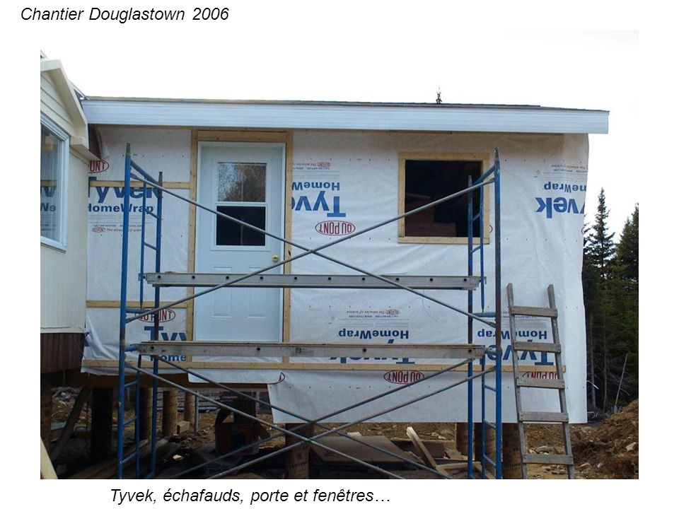 Tyvek, échafauds, porte et fenêtres… Chantier Douglastown 2006