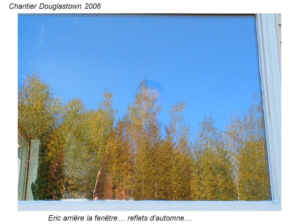 Eric arrière la fenêtre… reflets dautomne… Chantier Douglastown 2006