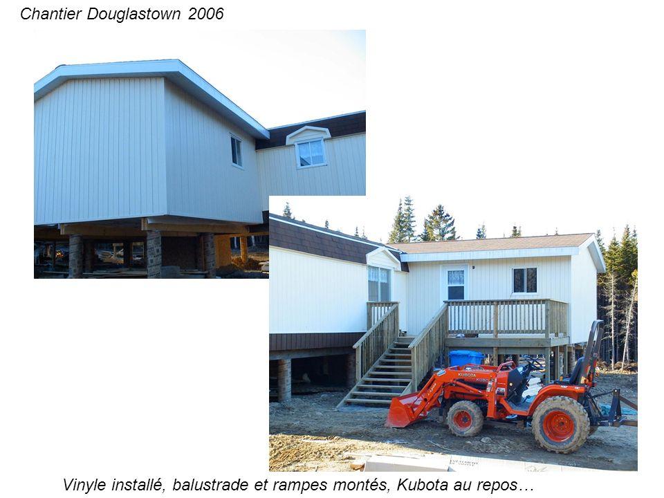 Vinyle installé, balustrade et rampes montés, Kubota au repos… Chantier Douglastown 2006