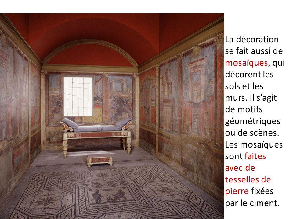 La décoration se fait aussi de mosaïques, qui décorent les sols et les murs.