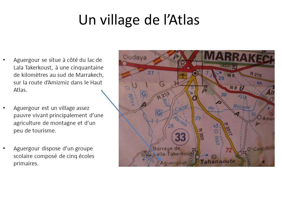 Un village de lAtlas Aguergour se situe à côté du lac de Lala Takerkoust, à une cinquantaine de kilomètres au sud de Marrakech, sur la route dAmizmiz