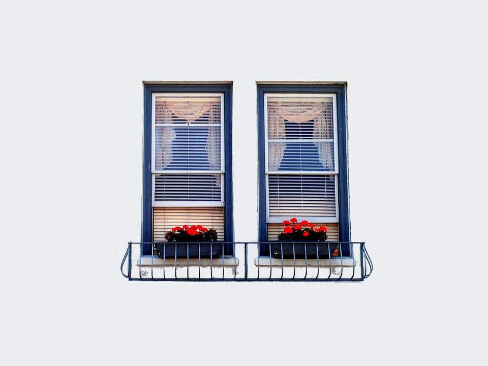Il y a aussi les fenêtres joyeuses et souriantes qui donnent un air de bonheur aux murs quelles parent…