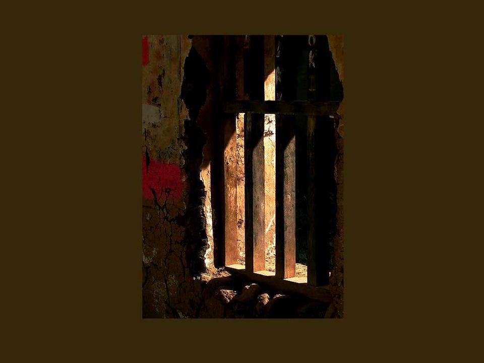 Mais il y a aussi, hélas, les fenêtres des prisons et des cachots… La lumière y pénètre au compte-goutte car ces fenêtres sont rarement orientées vers le ciel.