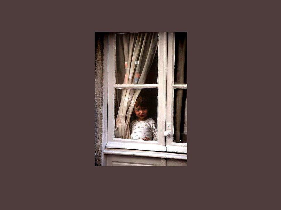 Et il y a les fenêtres de lindiscrétion qui permettent de jeter un regard sur la pauvreté, sur les malheureux, sur les enfants seuls dans les maisons froides et sans âme…