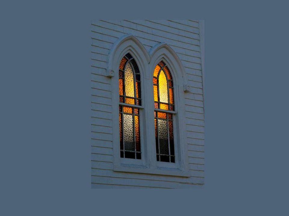 Fenêtres pieuses dune petite église de la campagne...