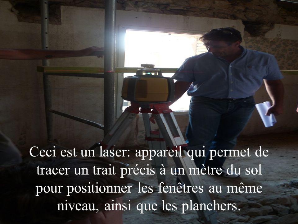 Ceci est un laser: appareil qui permet de tracer un trait précis à un mètre du sol pour positionner les fenêtres au même niveau, ainsi que les planche